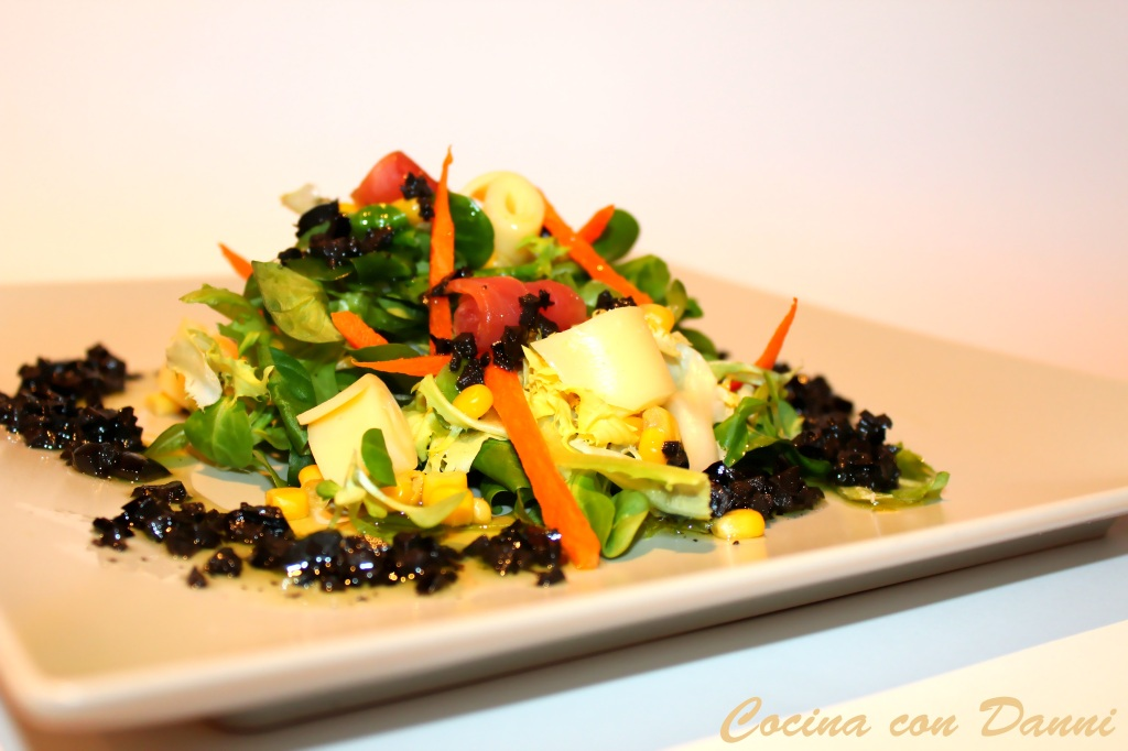 Ensalada de canónigos con vinagreta de oliva negra